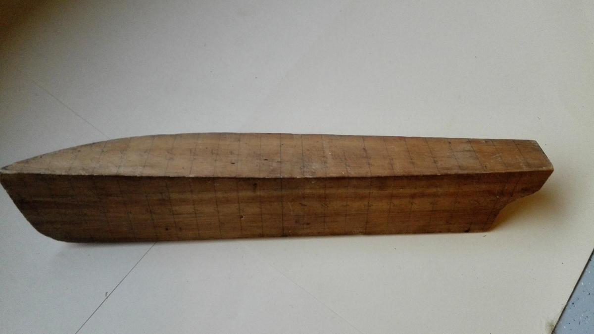 Halvmodell (styrbord side) av ukjend båt. Spant er teikna inn med blyant og mummerert.