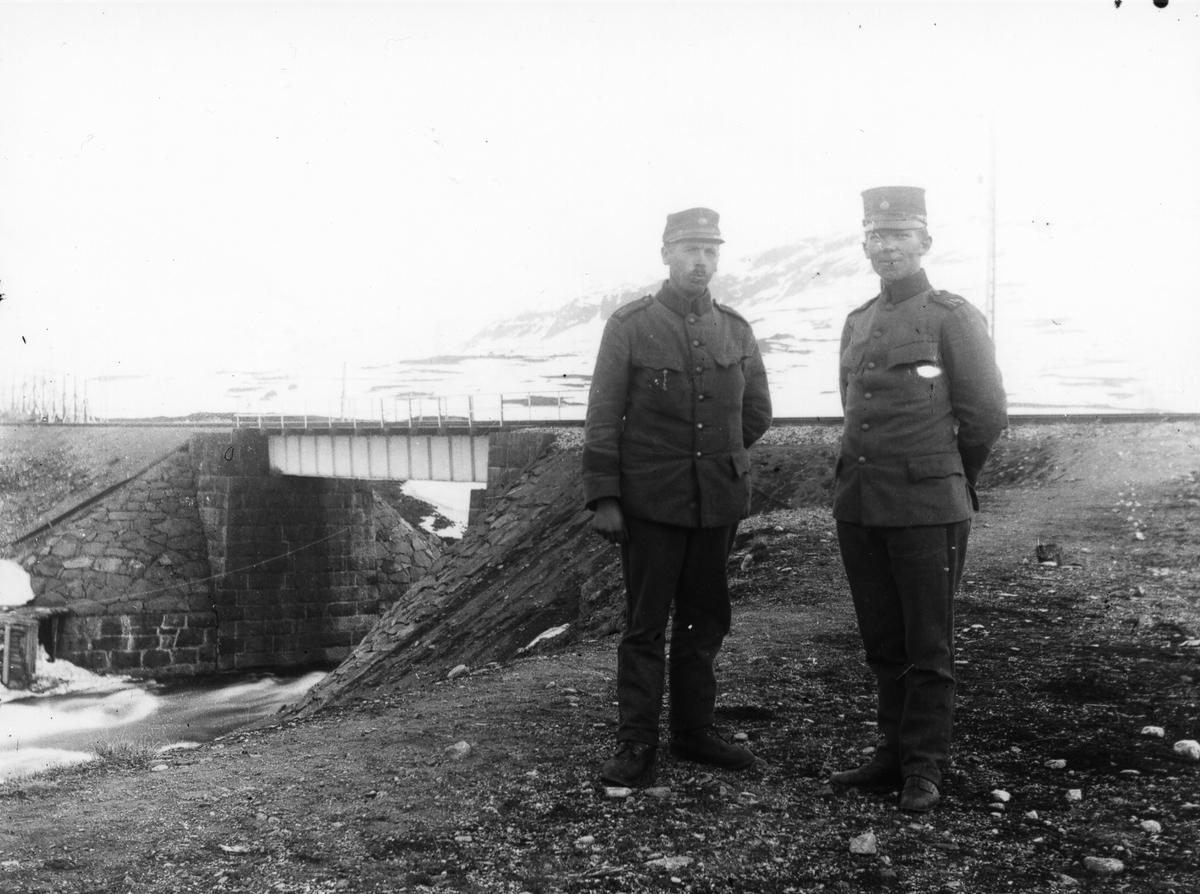 Två militärer vaktar en bro.