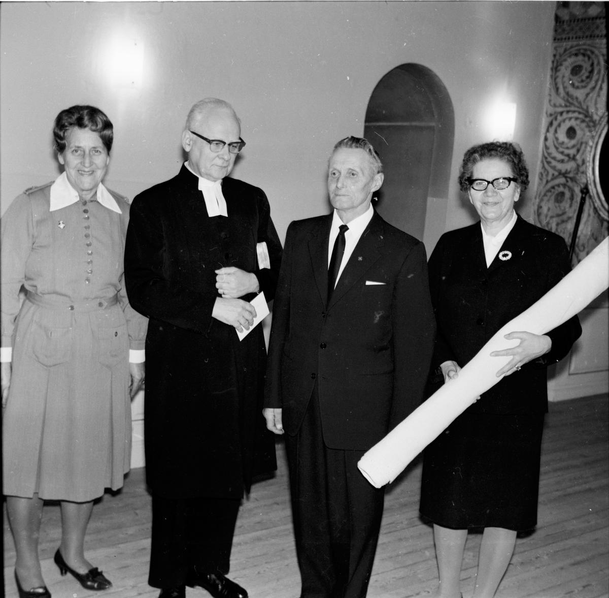 Arbrå kyrka, Altarduk överlämnas, December 1968