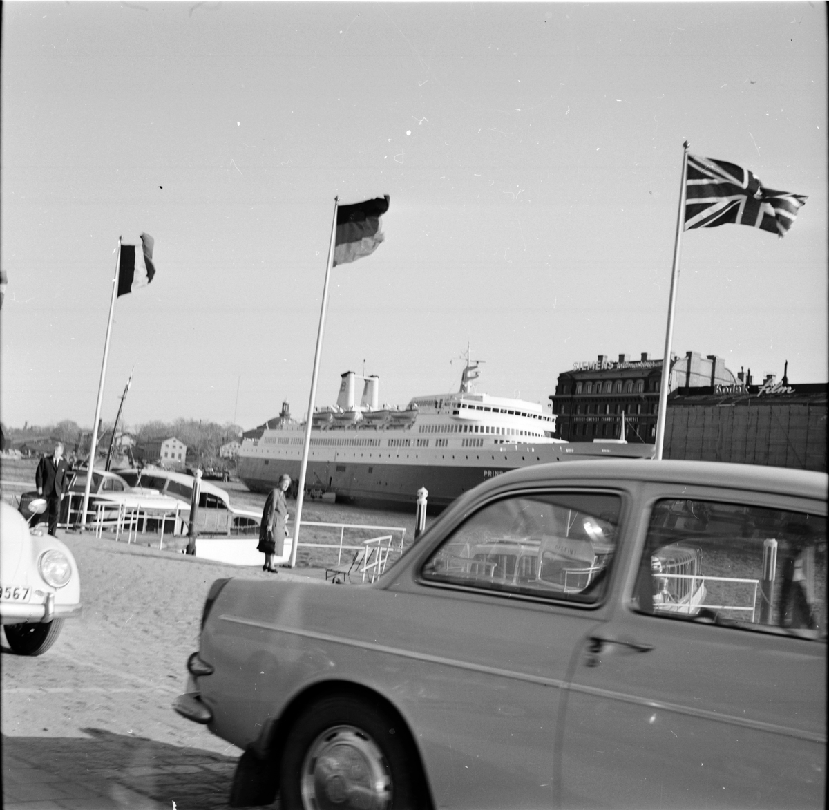 Kaj med bilar, i bakgrunden M/S Prins Hamlet. Troligtvis Stockholm. 18 Maj 1966