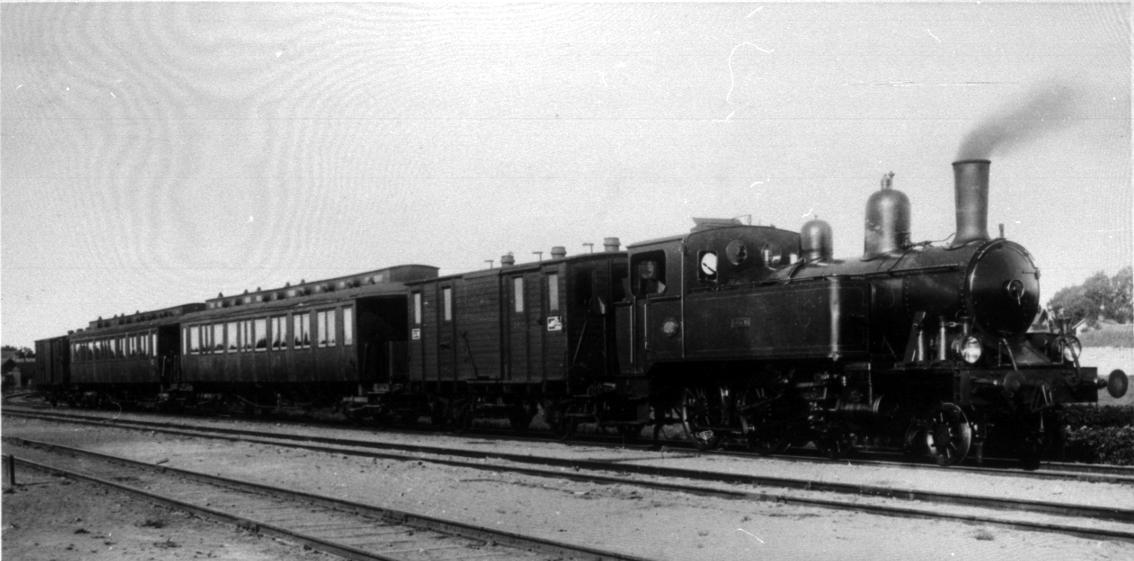 """Lok 1 """"Vulcan"""" med persontåg i Tidaholm."""