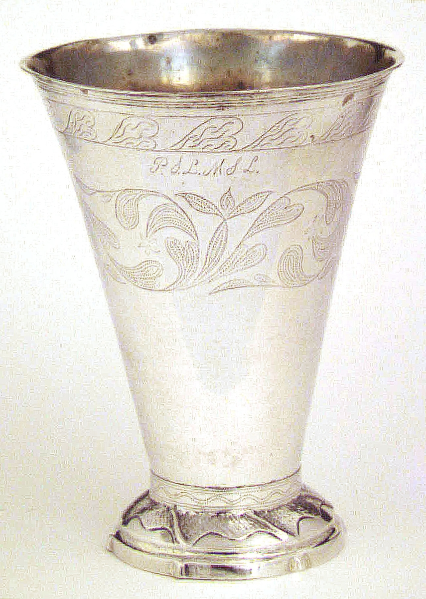 Bägare av silver. Flera ingraverade initialier; IIS, PSL, MSL, APS.  Stämplad i botten G =Gävle, kattfot, PB = Pehr Blommert, LR 1817.