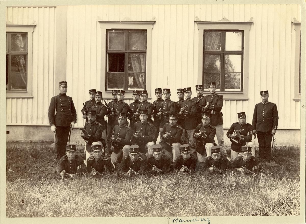 Grupporträtt av befäl och elever vid 1:a pluton av 1:a kompaniet vid infanterivolontärskola på Karlsborg 1893-1894.