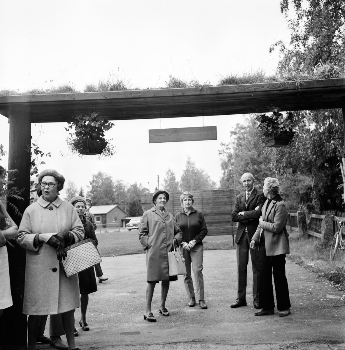 Visning av trädgårdar i Arbå. Lars Green Oktober-1970