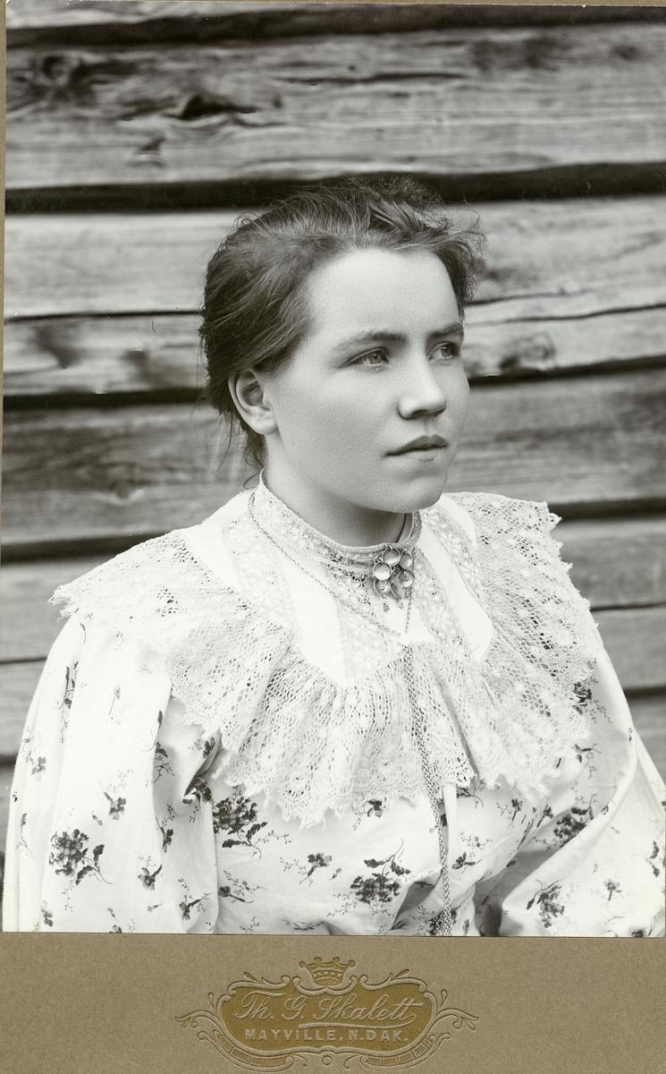 Portrett av ei yngre kvinne.