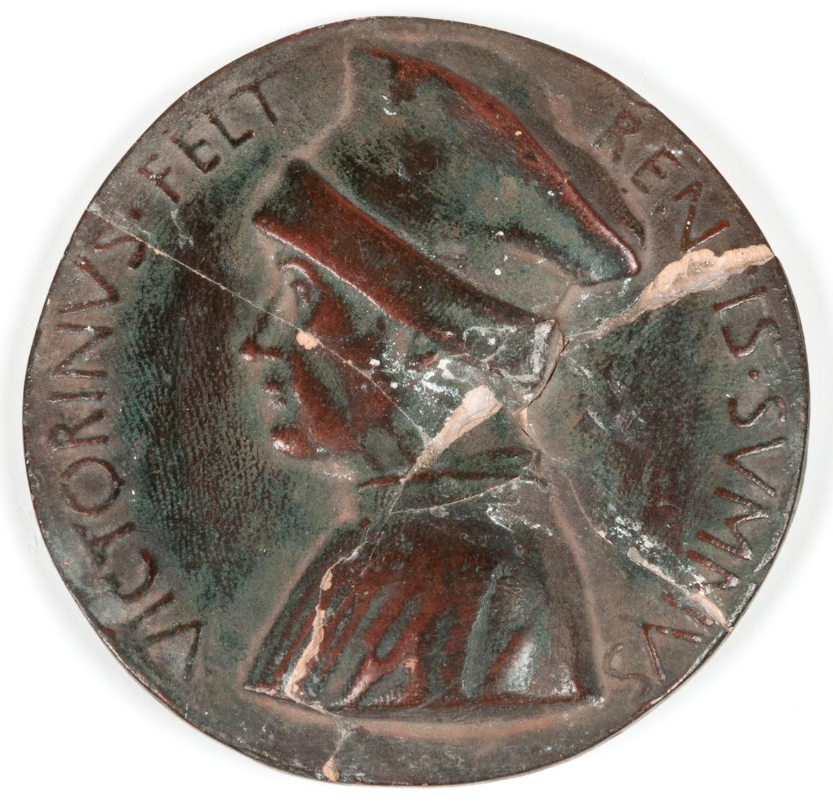 Glaserad terracotta. Victorinus Felt. Rentis sumnius. Plakett.