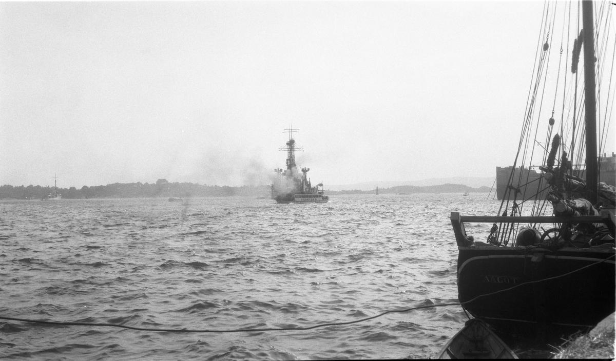 """Fire bilder fra Christiania (Oslo) havn, ifølge informant trolig tatt ved et amerikansk flåtebesøk 19.juli 1922. På bilde nr. en ser man Hovedøya med Krutthuset kneisende på toppen til venstre i bildet. Fartøyet på dette bildet er destroyeren (torpedojageren) USS McCormick DD223 av den såkalte """"Flush Deck"""" typen. På de tre øvrige bildene sannsynligvis slagskipet USS Utah BB31 av Utah-klassen."""