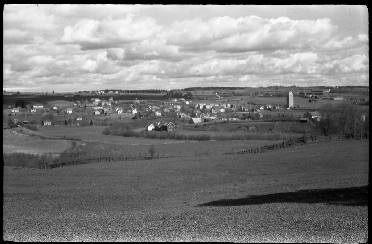 Utsiktsbilder mot Lena sentrum og nærmeste omegn, mai 1938. Serie på 7 bilder, alle tatt fra Lensbygda-/Kolbu-sida.