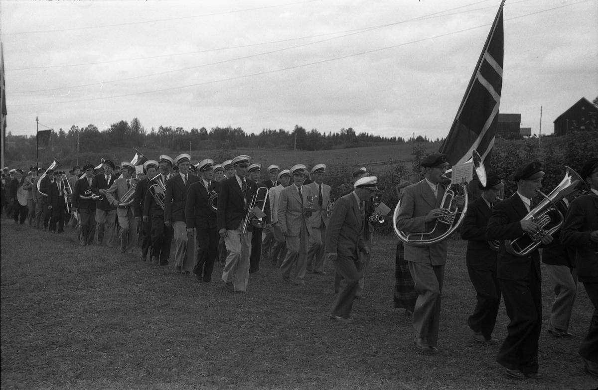Opptog og opptredener, muligens ved Sangens og Musikkens Dag sommeren 1948. Steder er Gilelunden på Kraby, Østre Toten. Serie på 12 bilder.
