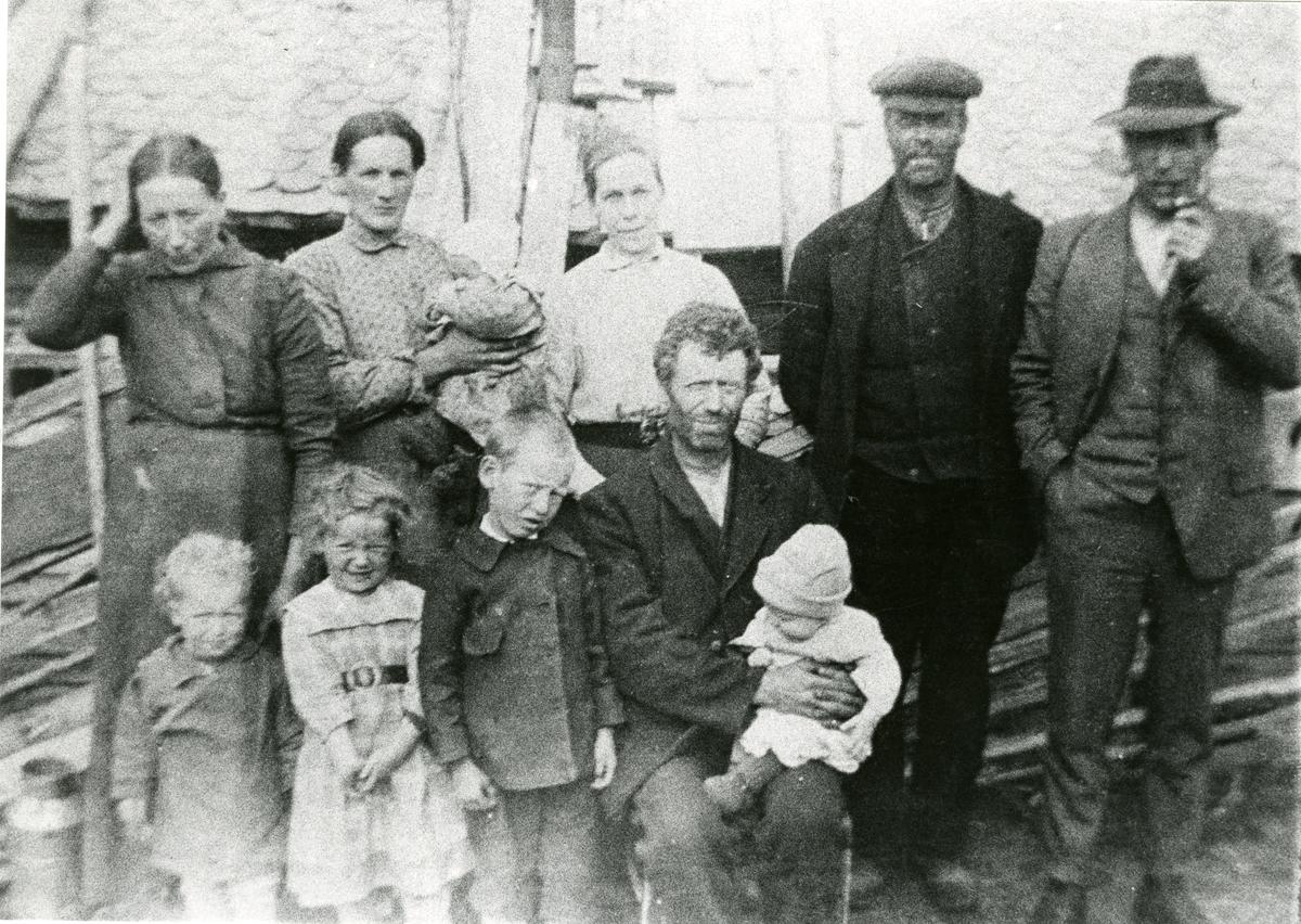 Gruppebilde av familien Dahlen, tatt på Dahlensetra.