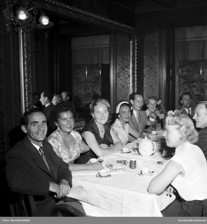 Fest- och danstillställning i Stadshussalongen i samband med Sundsvallsmässan 1953.