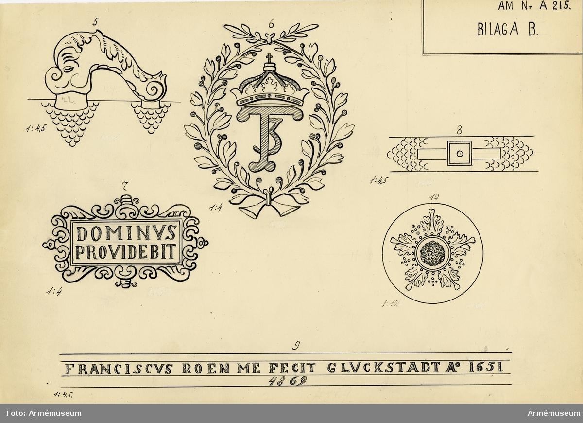 """Grupp A:I.  Byte från intagandet av fästningen Glückstadt i Holstein 18140105. Tillhör det första kända danska artillerisystemet vilket infördes av Fredrik III omkring 1649 och som i allmänhet kallas """"Fredrik III:s Rids"""".  Enligt å kammarbandet befintlig inskrift gjuten i Glückstadt 1651. Med Fredrik III:s namnchiffer och hans valspråk: DOMINVS. PROVIDEBET (Herren skall råda) å kammarstycket samt Glückstadts vapen (Fortuna på ett rullande klot) å långa fältet.  Mått: loppets relativa längd: 25 kal. Eldrörets vikt: 2435 kg."""