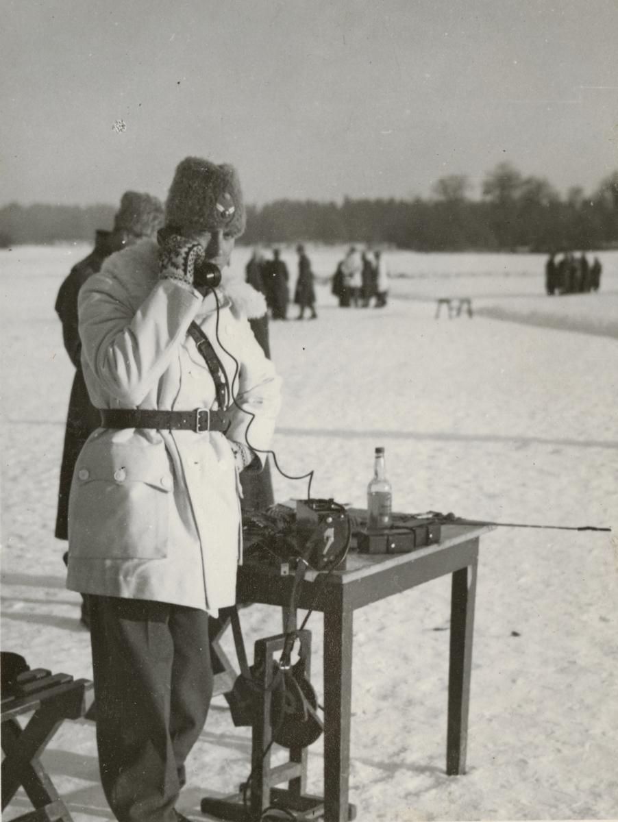 Officerare från Södermanlands regemente I 10 i telefon.