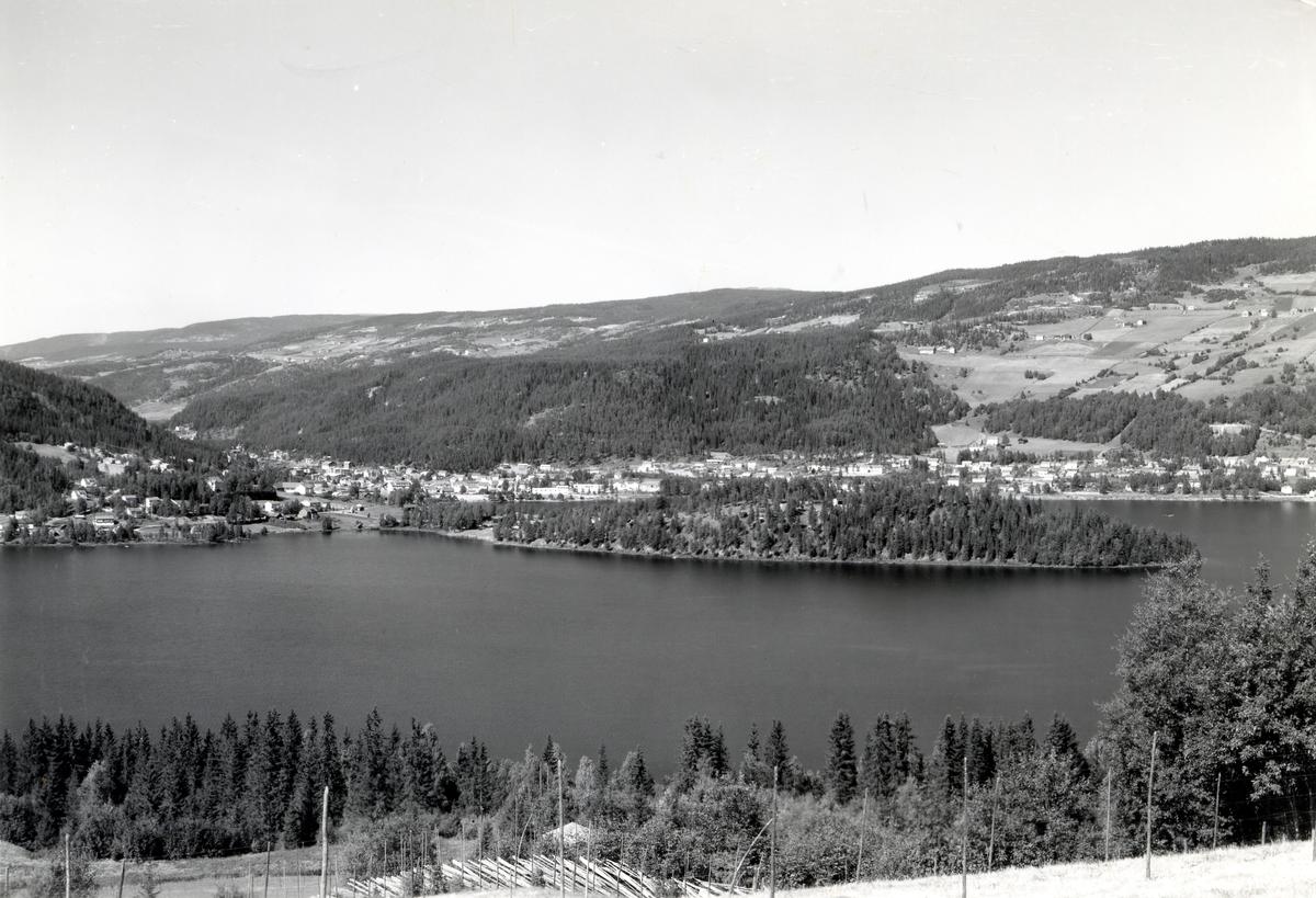 Oversiktsbilde over Fagernes med Ranheimsbygda i bakgrunnen og Strandefjorden foran.
