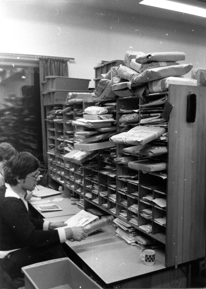 Bergen Postkontor, omdeling. Sortering av post.