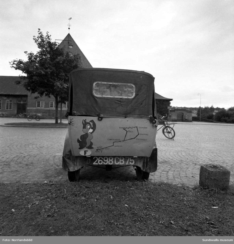 En stilig veteranbil (Peugeot) från Paris prydd med bilder av bland annat disneyfigurerna Piff och Puff, står parkerad utanför Centralstationen. På ena sidan av motorhuven finns en liten låda med myntinkast och ett mynt där belönas med en liten melodi. I vänsterkanten på första bilden syns det pågående bygget av Hallström & Nisses nya kontorsfastighet.