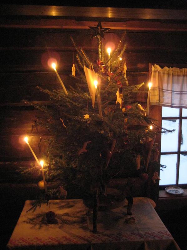 Treet er pyntet med levende lys i lyseholdere av ståltråd, hvor det henger et eple til vektlodd under hvert lys. Videre er det stjerne i toppen av treet, ei papirlenke og kaker på treet. Kakene er formet som menn og damer og hester, slik det fortelles at det var brukt i Odalen omkring 1900.