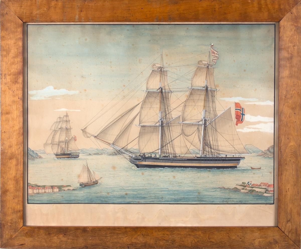 Skipsportrett av brigg BERGENSEREN. Skipet fører rent norsk flagg og sees under seil mellom Bergenhus og Nordnes. Askøy i bakgrunnen.