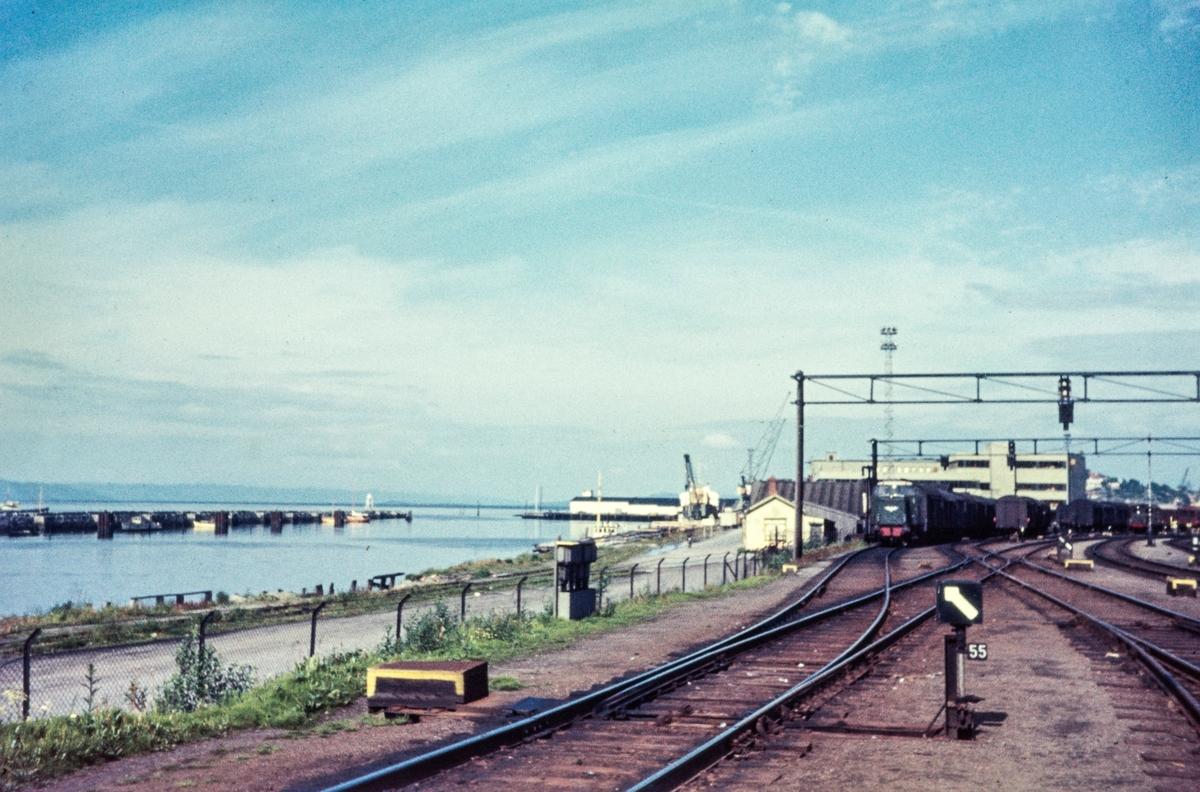 Driftsbanegården på Trondheim stasjon. I bakgrunnen sees skiftelok i aksjon; til venstre diesellok type Di 2,, til høyre damplok type 25.