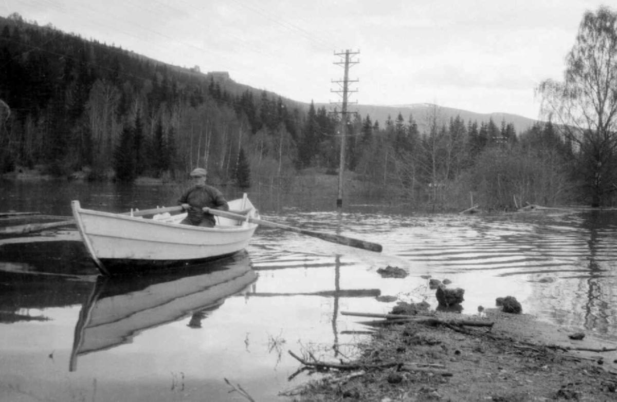 Flom i Gudbrandsdalen i 1934. Mann i båt.