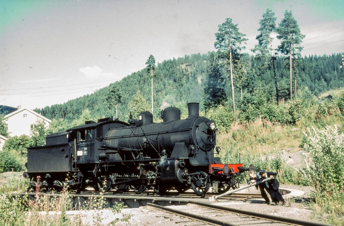 Damplokomotiv type 24b nr.195 på svingskiven på Fagernes stasjon Lokomotivet ble benyttet på Valdresbanen og Skreiabanen.