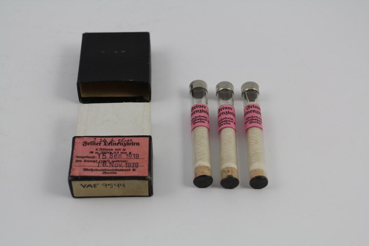 Sytråd på 3 stk. sneller i glass-sylinder, samlet i en boks. Steril sytråd. Brukt til sying av operasjonssår med mer.