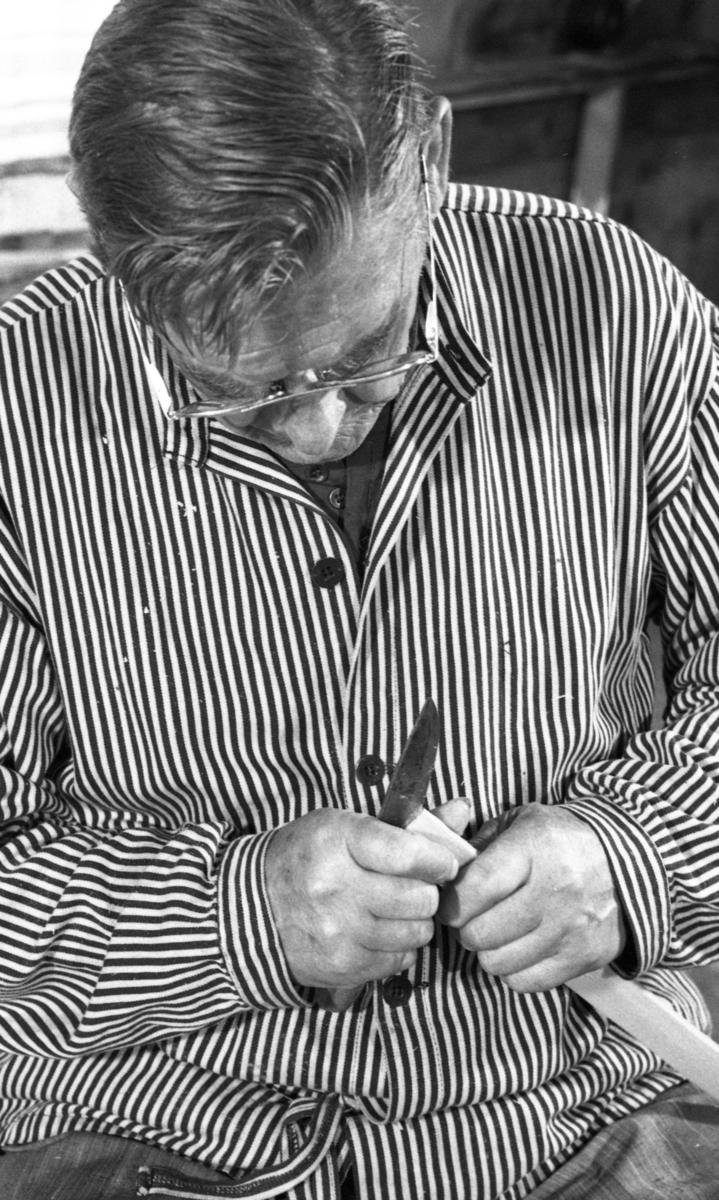 Einar Nilsen lager bånd ved Nilsens kurvfabrikk
