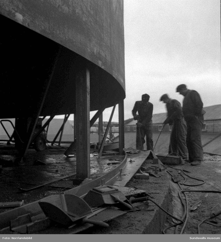 Bygge av oljecistern vid Ortvikens pappersbruk.