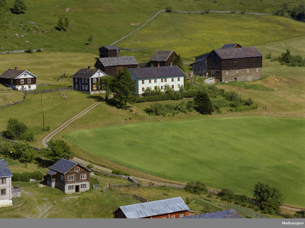 Sør-Fron, Hundorp, Midtre Øverbygda. Bjørke Sygard. Gårdsbruk med flere gamle bygninger.