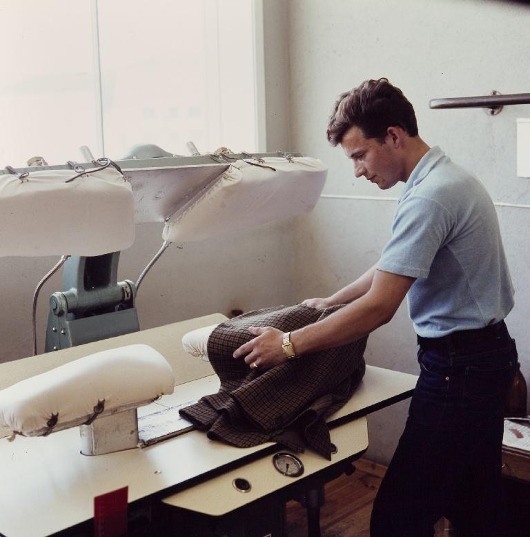 Kantpressing av forstykker/jakker, en arbeider i konfeksjonsfabrikken til Jonas Øglænd AS på Sandnes
