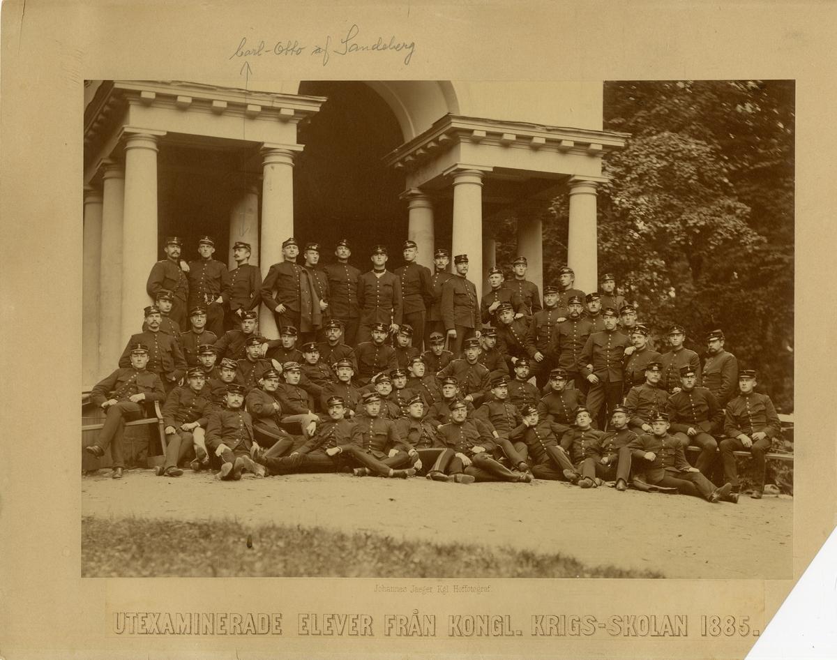 Grupporträtt av utexaminerade elever från krigsskolan 1885.