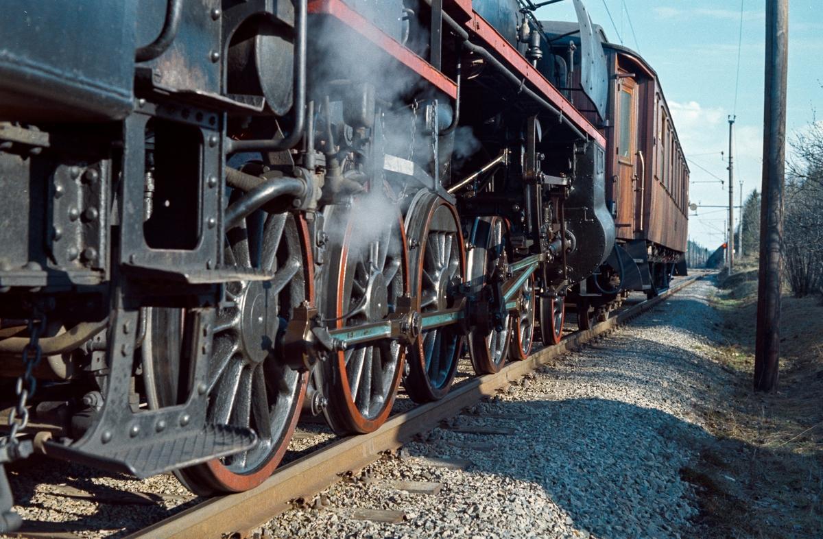 Drivhjul og sylinderparti på damplokomotiv type 26c nr. 411.