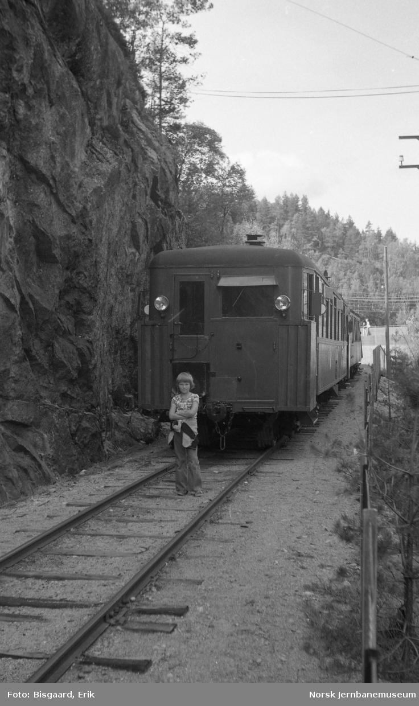 Bensinmotorvogn nr 2672 med persontog på Setesdalsbanen