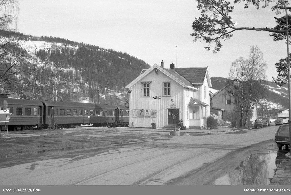 Fagernes stasjon med persontog i spor 1