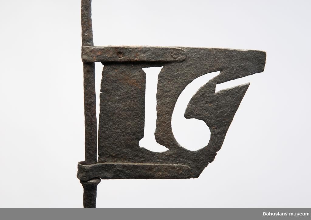 Kyrkspira från Grinneröds gamla kyrka; smidd, upptill en flöjel i genombrutet arbete med årtalet 167?, avbruten.