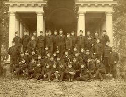 Grupporträtt av utexaminerade elever från krigsskolan 1891.