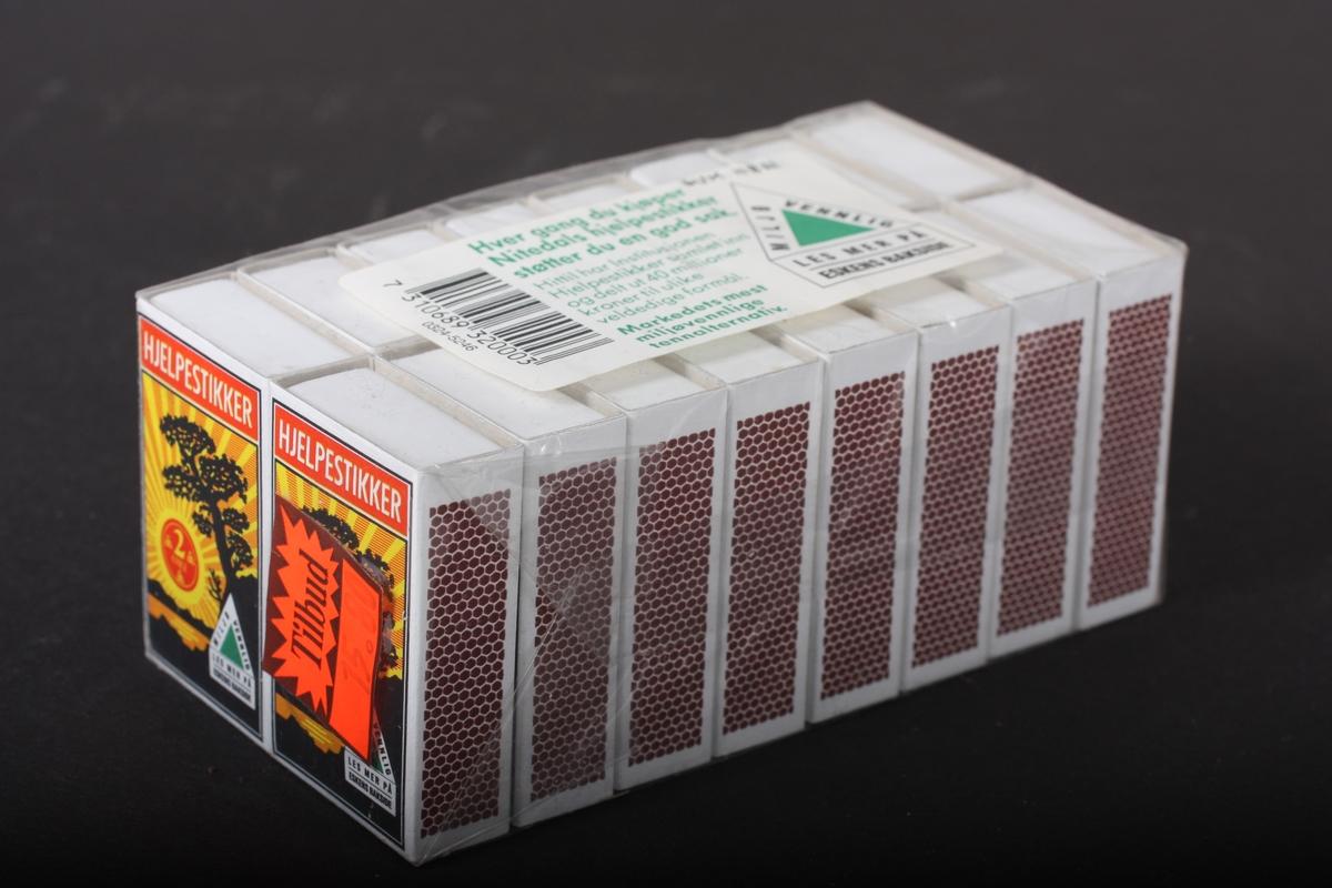 Rektangulær pakke med 16 fyrstikkøskjer. Innpakka i cellofan.
