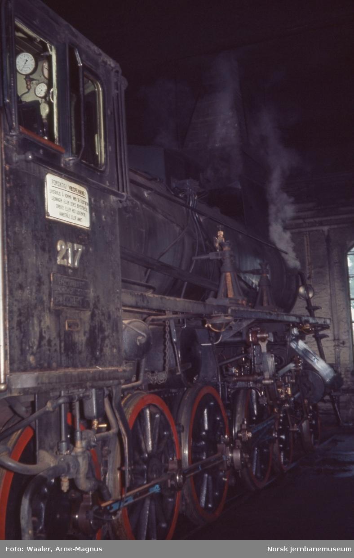 Damplokomotiv type 26a nr. 217 i lokomotivstallen på Hamar stasjon