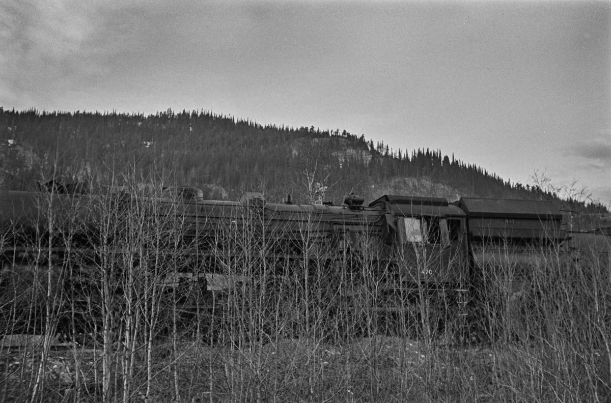 """Damplokomotiv type 49c nr. 470 """"Dovregubben"""" hensatt på et sidespor på Støren stasjon i påvente av overføring til Norsk Jernbanemuseum på Hamar."""