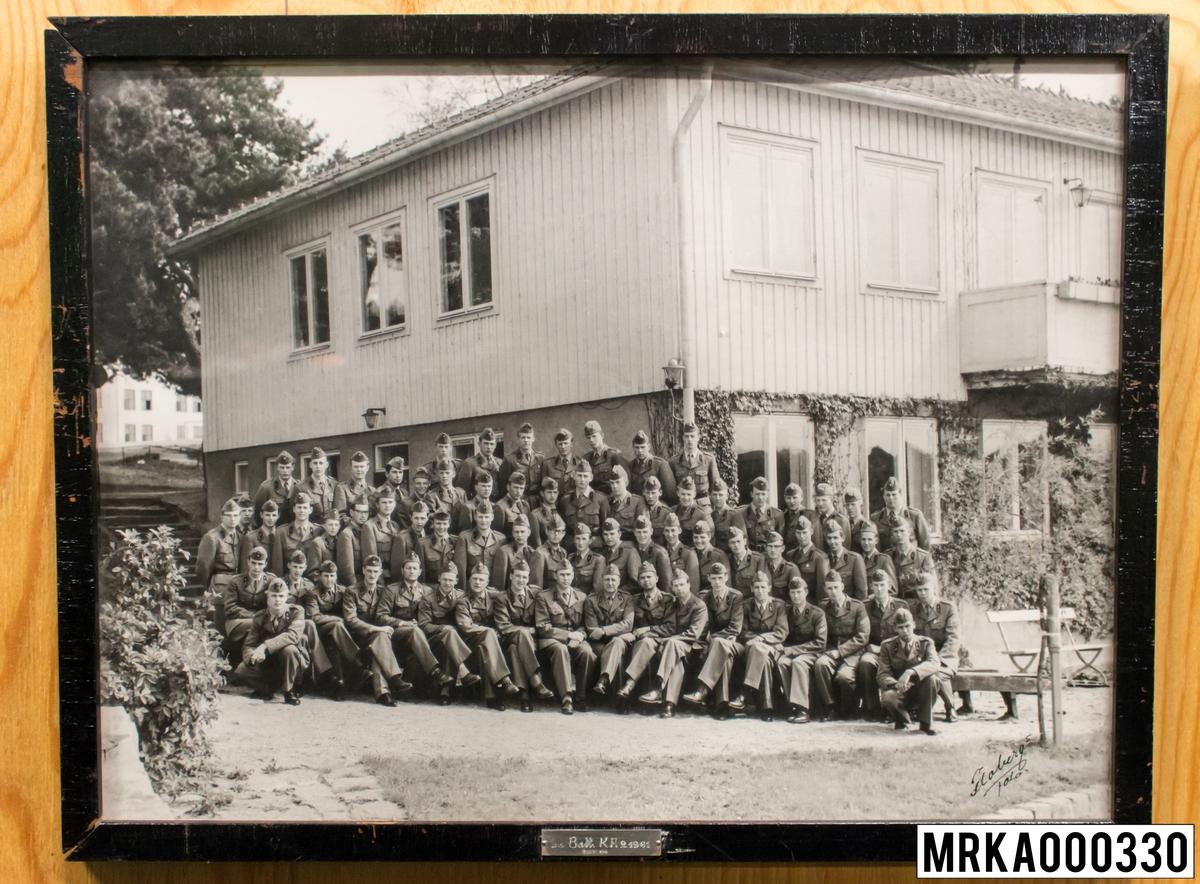 Fotografi taget på befäl och soldater som genomfört grundläggande soldatutbildning på 1:a Batteriet KA 2. Fotografiet taget på Gräsvik KA 2. Flobergs Foto 1961.