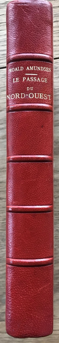 Bok. Amundsen, R: Le passage du Nor-Ouest. Paris 1900. Mangefarget marmoret bind. Rød rygg.