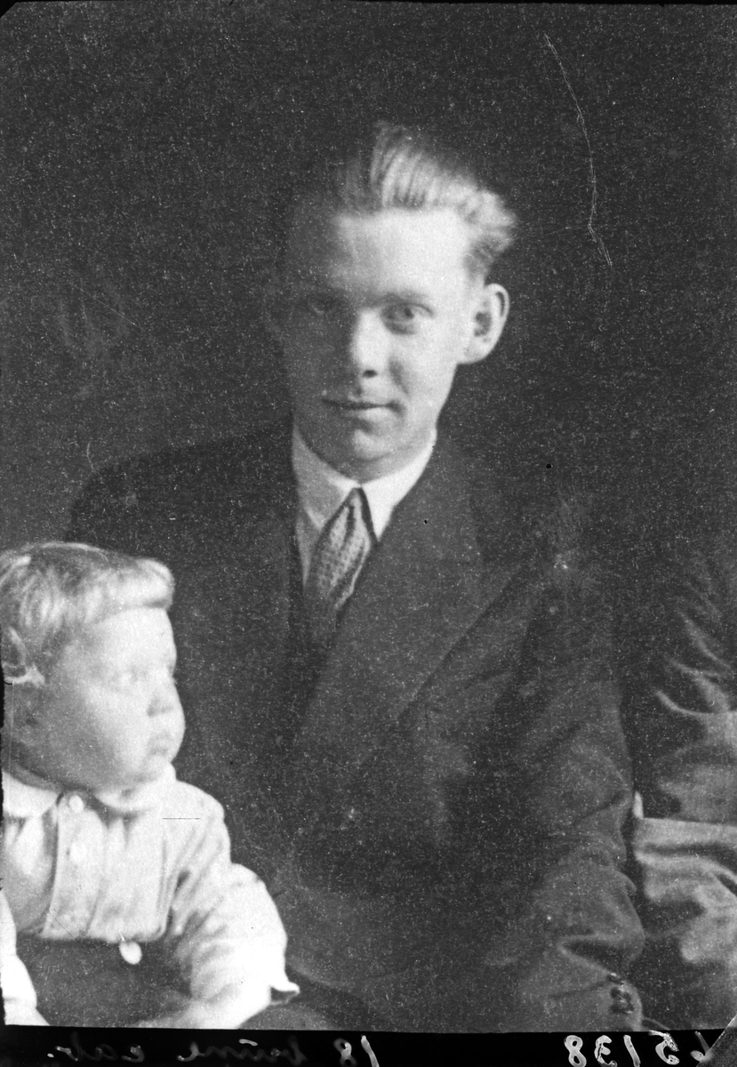 Portrett. Ung mann og lite barn. Kopi av positiv. Bestilt av Alfred Ø. Lie. Postexpeditør. Gard