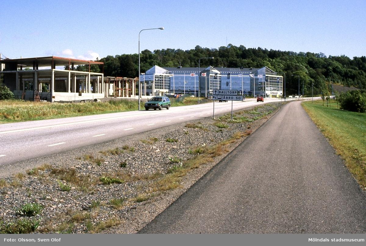 Bebyggelse i Åbro industriområde i Mölndal, år 1993. Vy från Pepparedsleden. Bäckeviks bygge och det ofullbordade framför Bäckeviks. Även detta byggdes av Bäckevik, men företaget gick i konkurs.
