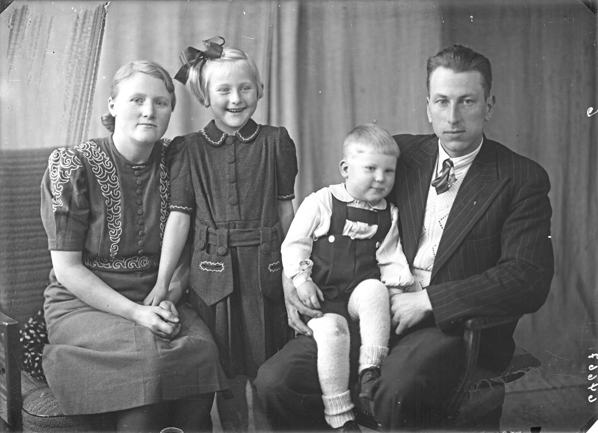 Portrett. Familiegruppe på fire. Ung kvinne, ung mann, ung pike og lite barn. Bestilt av Elias Kallevik. Førresfjorden.