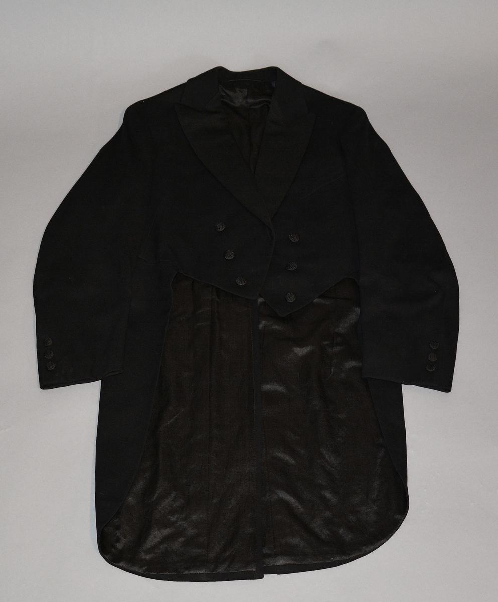 e32e77e5 Livkjole med vest i sort ull. Slag i sort silkerips. En brystlomme på  venstre