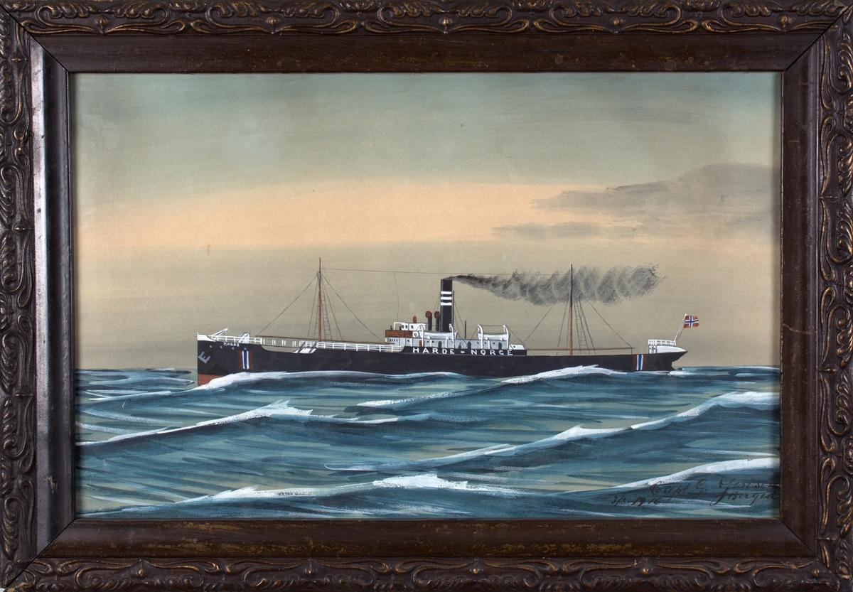 Skipsportrett av DS HARDE i rom sjø. Skipet har norsk flagg i akter, og fører nøytralitetsmerker malt på skipets skrog.