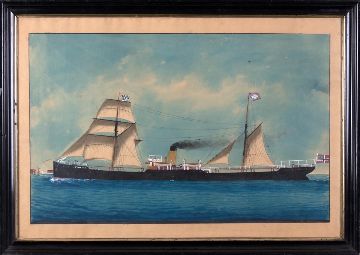 Skipsportrett av DS ATHALIA/ATHALIE med seilføring. Skipet fører unionsflagg på fortoppen og kompaniflagg på slørmasten, norsk flagg i akter. Skipet er rigget som skonnertbrigg, og 11 mann ombord. Til venstre i motivet en by i horisonten.