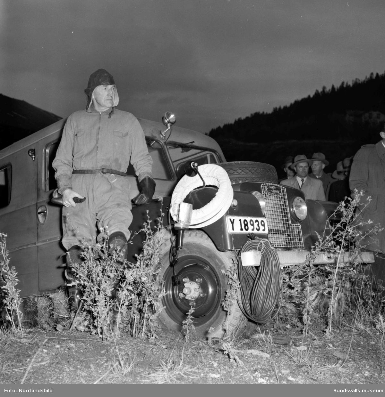 Polisens brandutredningsbil förevisas av bland annat poliskommissarie Janne Sundin.