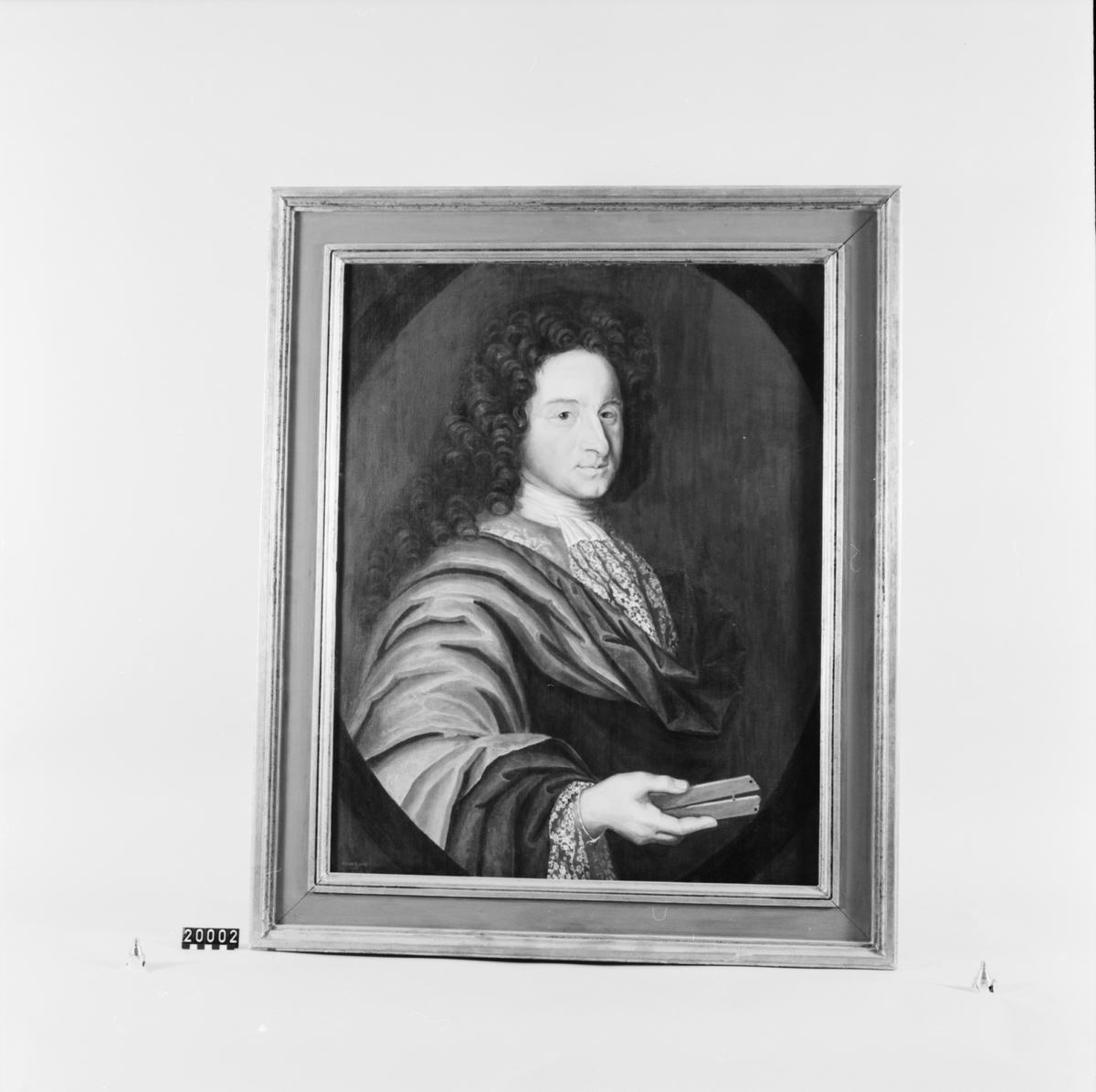 Porträtt i olja, kopia, över Christopher Polhem, f. 1661, d. 1751. Efter osignerat original från Stjernsund, troligen utfört 1703 och tillhört Kloster AB. Förutom detta osignerade porträtt finns ett av Polhems och hans maka Maria Hoffman samt av Reinhold Rückersköld, vilka samtliga tidigare hängt i stora herrgården på Stjernsund. På makarna Polhems porträtt finnes en etikett angivande den 1 juli 1703 såsom porträttets tillkomsttid.