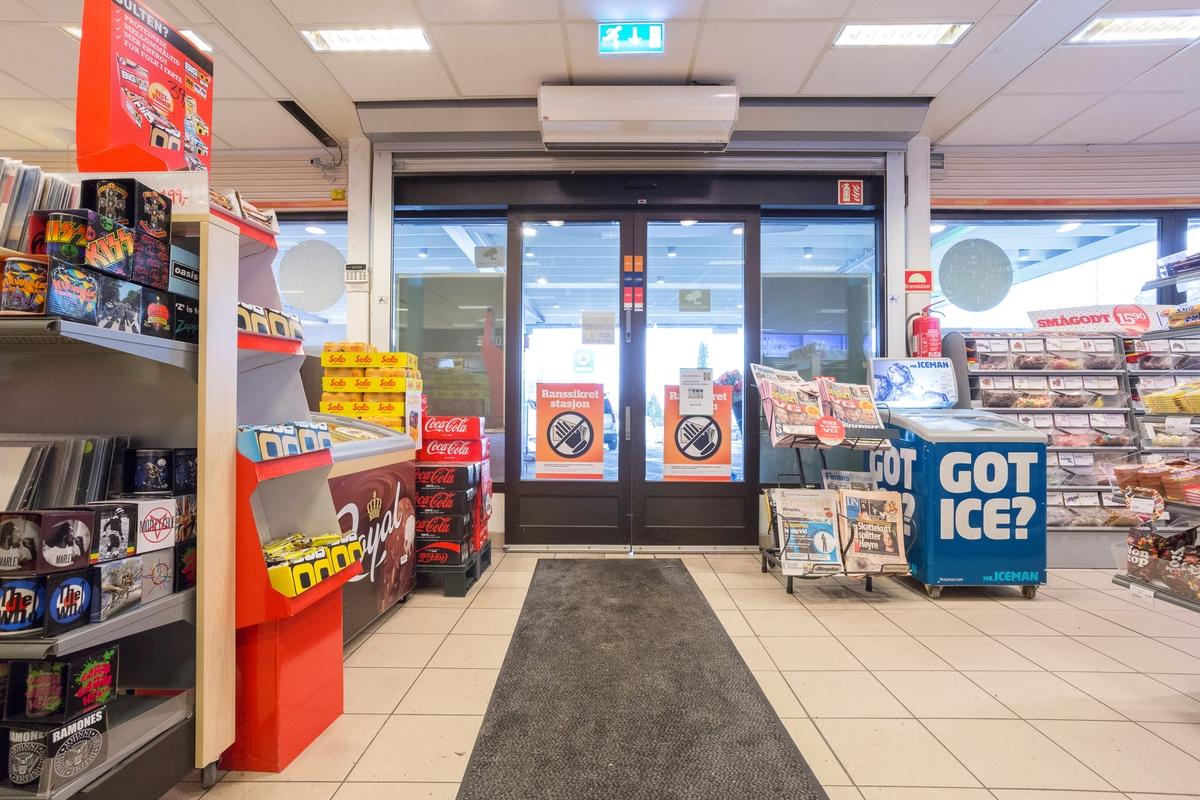 Statoil Nadderud. Butikk interiør med inngangsdør. Leskedrikker, stativ med aviser og fryseboks.